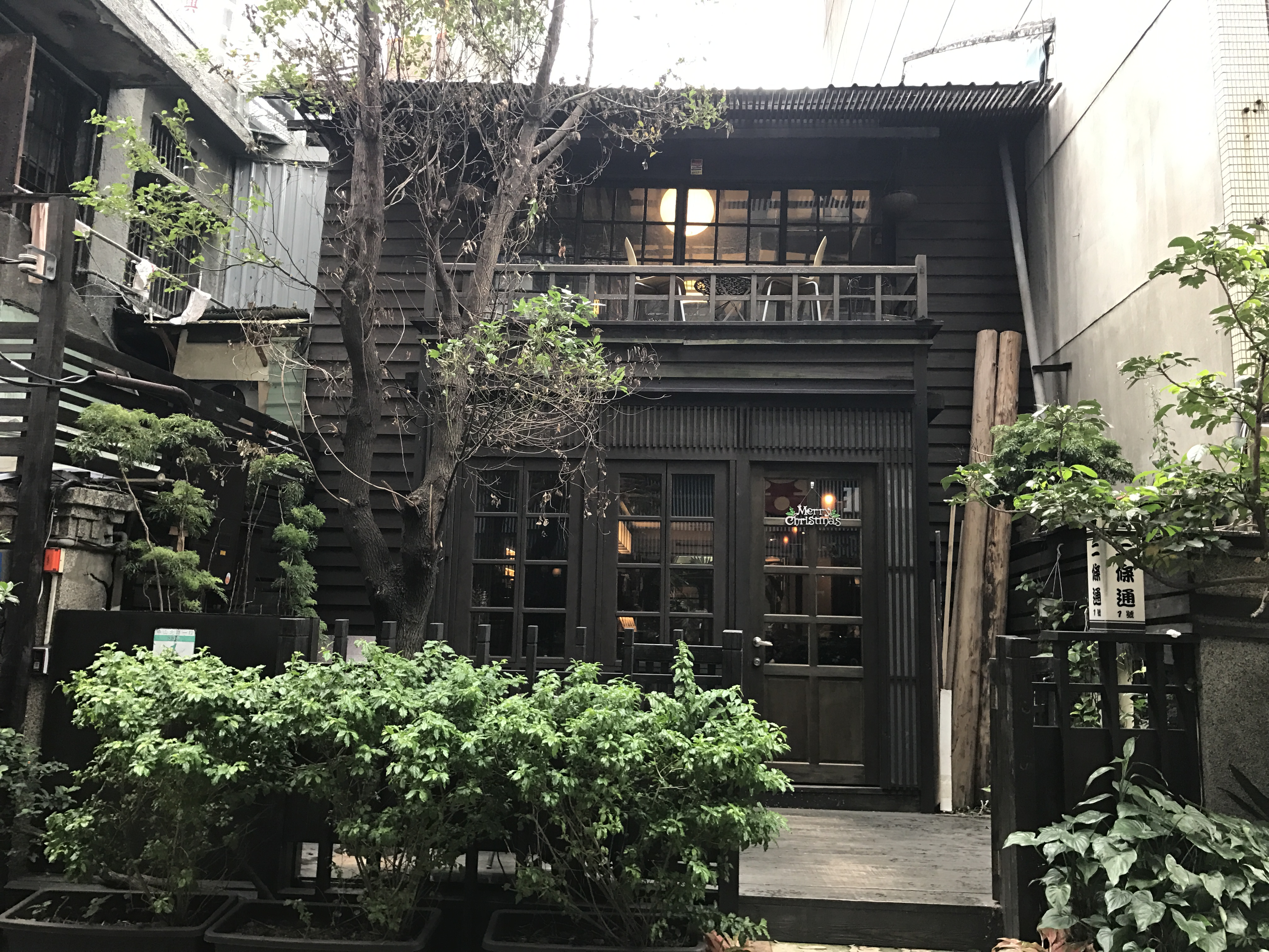 Japanese-style townhouse - The Island cafe Photo: Johana Shobu