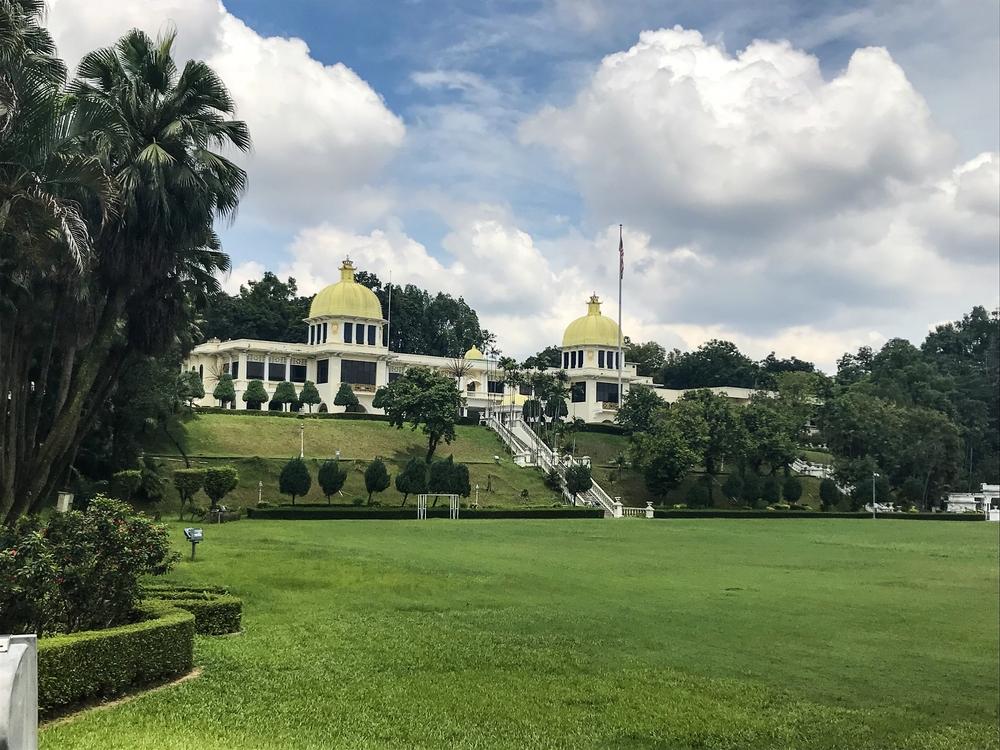 草坪和内加拉王宫的主厅。照片:Gayatri Bhaumik