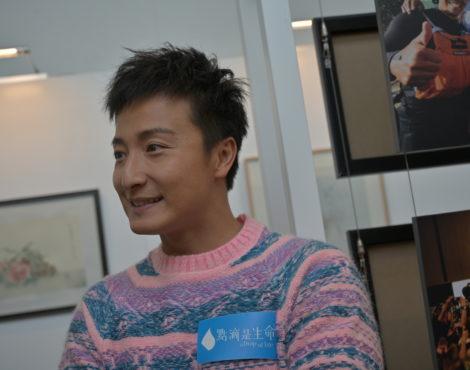 香港流行歌手、演员、前奥运游泳运动员方安东(Alex Fong)为慈善游泳
